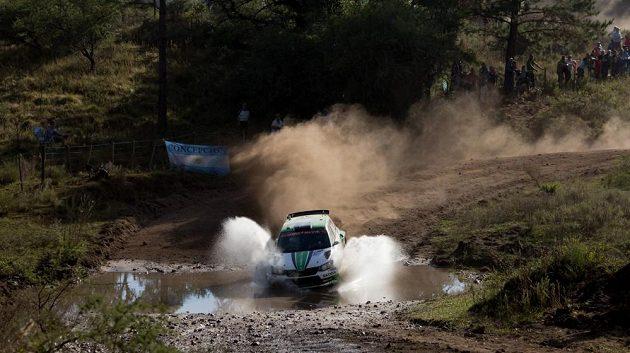 Švédský závodník Pontus Tidemand z továrního týmu Škoda Motorsport s Fabií R5 na trati Argentinské rallye.