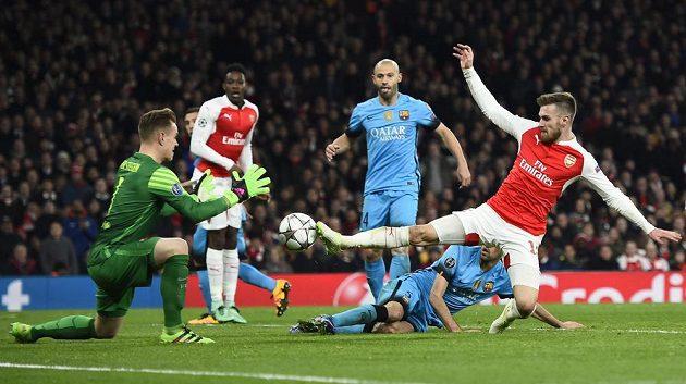 V tuhle chvíli scházel Aaronovi Ramseymu ke sklepnutí míče směrem na branku Barcelony jen krůček.