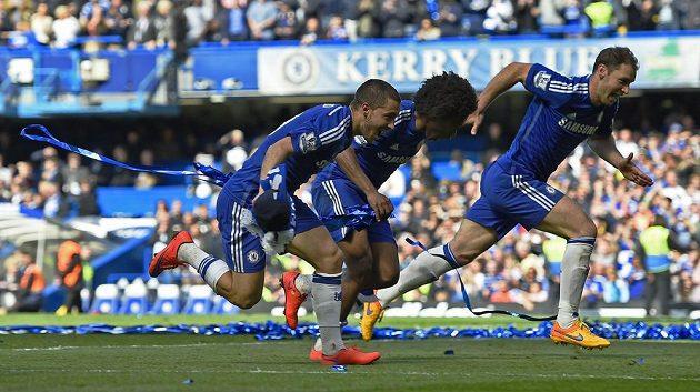 Fotbalisté Chelsea Eden Hazard, Willian a Branislav Ivanovič rozjíždějí oslavy mistrovského titulu.
