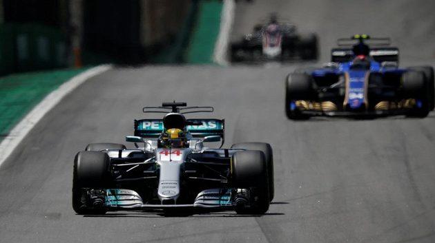Mistr světa Lewis Hamilton předvedl v Brazílii famózní stíhací jízdu.