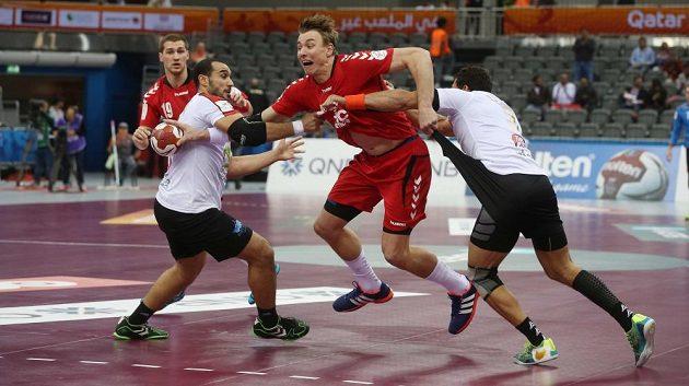 Český házenkář Filip Jícha se probíjí egyptskou obranou v utkání MS.