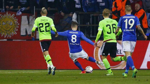 Leon Goretzka ze Schalke skóruje proti Ajaxu v odvetě čtvrtfinále Evropské ligy.