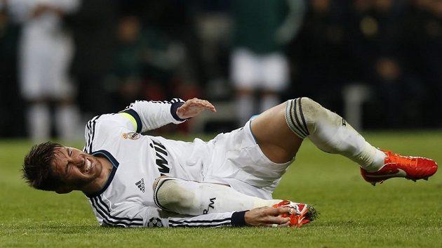 Sergio Ramos, obránce Realu Madrid, se svíjí s bolestivou grimasou na trávníku v odvetě semifinále LM proti Dortmundu.