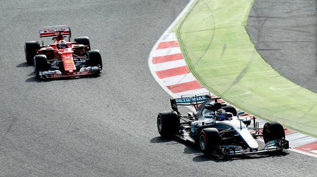 Sebastian Vettel s vozem Ferrari (vlevo) v závěsu za Valtteri Bottasem s mercedesem.