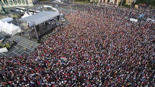 Tisíce fanoušků na Náměstí hrdinů v Budapešti.
