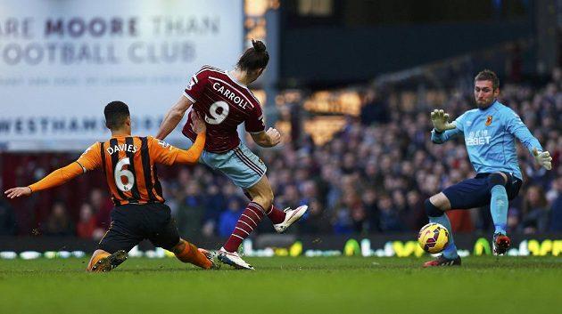 Útočník West Hamu United Andy Carroll střílí gól brankáři Hullu City McGregorovi.