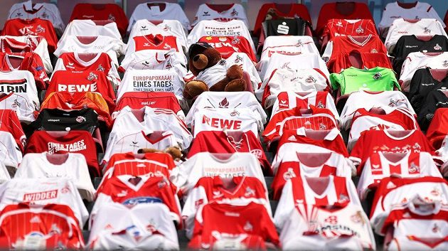 Musí sedět doma, dresy fanoušků však na jejich tradičních místech v hledišti nechybí...