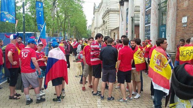 Čeští a španělští fanoušci před zápasem obou národních týmů.