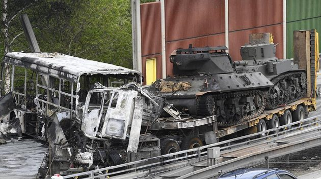 Při srážce autobusu Vězeňské služby ČR a nákladního auta převážejícího tanky zemřel na Pražském okruhu kladenský fotbalista Filip Suchý.