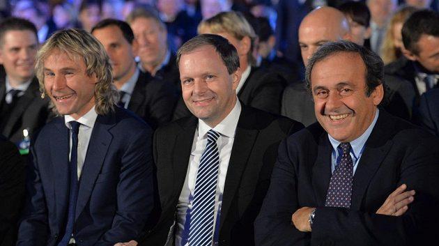 Zleva bývalý reprezentační záložník Pavel Nedvěd, ministr školství Marcel Chládek a prezident UEFA Michel Platini během čtvrtečního losování fotbalového ME 2015 hráčů do 21 let.