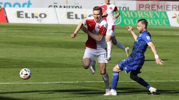 Zleva Lukáš Provod ze Slavie a Radim Breite z Olomouce v utkání 31. kola první fotbalové ligy.