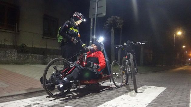 Hrdinná vozíčkářka Míša jela z Blaníku na handbiku.