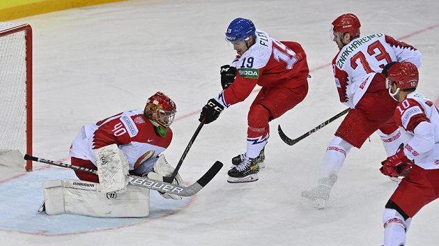 Jakub Flek (druhý zleva) před běloruskou bránou. Na snímku dále zleva gólman Alexej Kolosov,Dmitrij Znacharenko aNick Bailen.