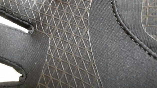 Detail dlaně, kde je silikonový potisk s mřížkováním pro lepší přilnavost.