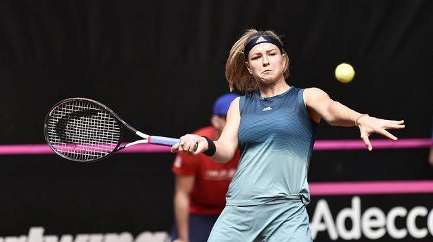 Karolína Muchová v utkání s Rebeccou Marinovou z Kanady.
