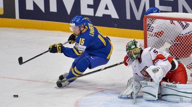 Brankář Alexander Salák bedlivě sleduje útočné choutky švédského forvarda Oscara Lindberga.