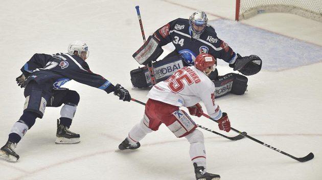 Třinecký hokejista Tomáš Marcinko dává první gól plzeňskému brankáři Dominiku Frodlovi.
