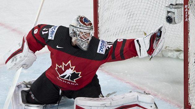 Ten je můj. Brankář kanadské reprezentace Calvin Pickard chytá puk v utkání se Švýcarskem..