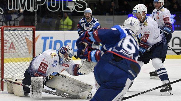 Brankář hokejového Kladna Denis Godla a Lukáš Kucsera z Komety (zády).