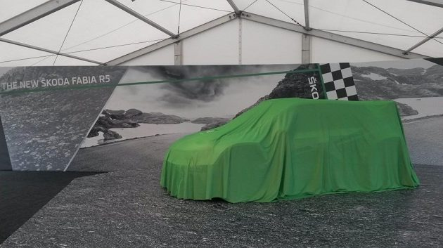 Škoda Fabia R5 pár vteřin před světovou premiérou v Bělé pod Bezdězem.
