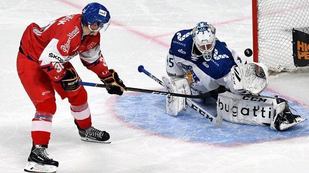 Český hokejista Jakub Krejčík proměňuje rozhodující nájezd proti Finskuna turnaji Karjala.