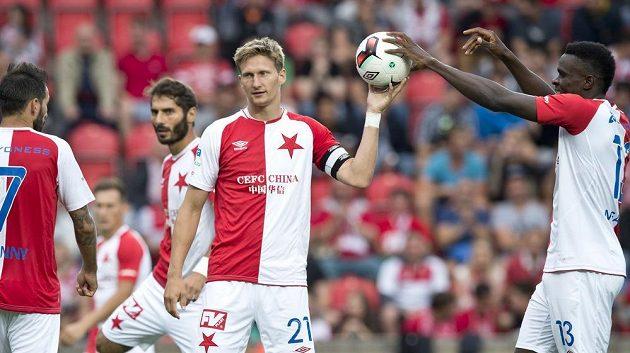 Útočník Slavie Milan Škoda si bere míč před pokutovým kopem.