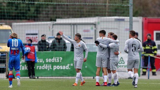Mladí fotbalisté Říma se radují ze čtvrté trefy v zápase Youth League.