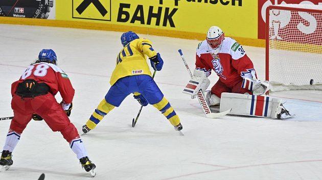 Švéd Andreas Wingerli překonává Šimona Hrubce. Vlevo Libor Šulák.