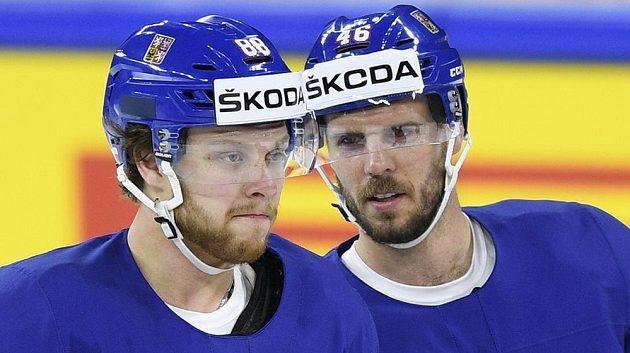 Útočníci David Pastrňák (vlevo) a David Krejčí při dopoledním tréninku české hokejové reprezentace před večerním zápasem s Ruskem na mistrovství světa v Kodani.