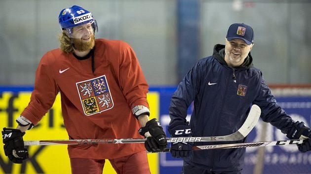 Jakub Voráček (zleva) a asistent trenéra Jiří Kalous na středečním tréninku v Paříži.