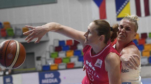 Aija Brumermaneová z Lotyšska a Kamila Štěpánová z ČR během přípravného turnaje basketbalistek.