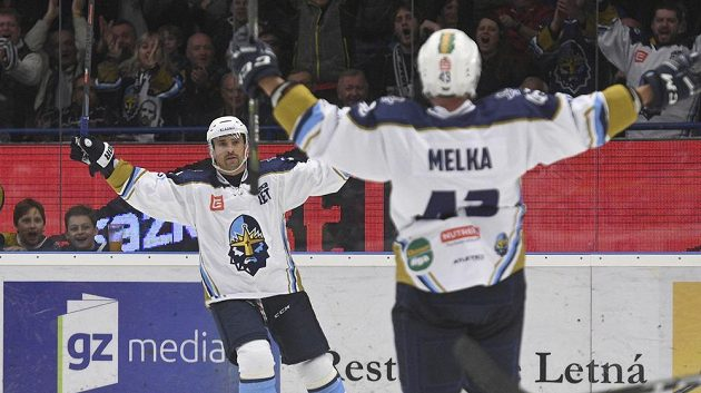 Kladenská radost! Antonín Melka a Tomáš Plekanec se radují z prvního gólu.