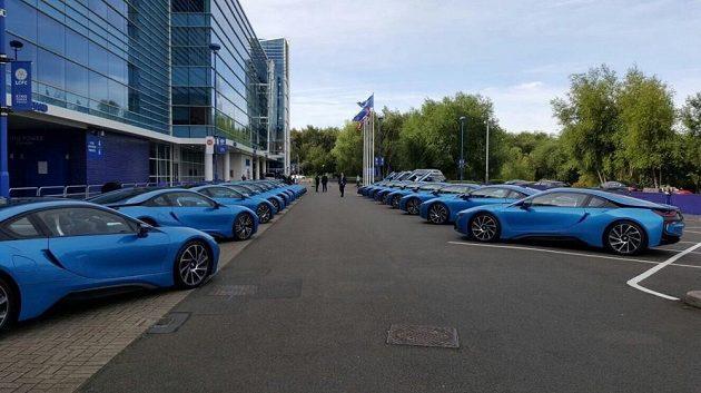 Celkem devatenáct BMW i8 zaparkovalo před stadión Leicesteru.