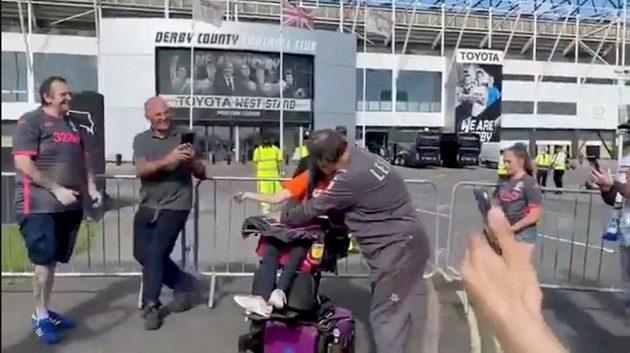 Kouč Leedsu Marcelo Bielsa s handicapovanou fanynkou před stadionem Derby County.