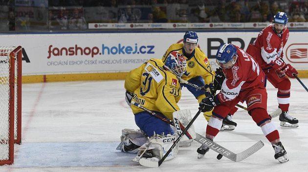 Švédský brankář Lars Johansson likviduje šanci českého útočníka Radana Lence. V pozadí přihlížejí Jesper Sellgren a Tomáš Vincour.
