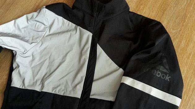 Dámská běžecká bunda Reebok Vizlocity Jacket - reflexe je opravdu všude.