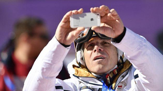 Zpěvák a skladatel Janek Ledecký, otec české reprezentantky Ester Ledecké, pečlivě olympijský závod v obřím slalomu dokumentoval.
