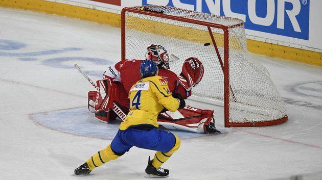 Švédský útočník Jakob Lilja překonává Jakuba Kováře v brance českého týmu.