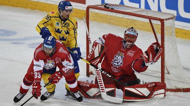 Před českým gólmanem Jakubem Kovářem bojují švédský útočník Linus Johansson a obránce Jakub Nakládal.