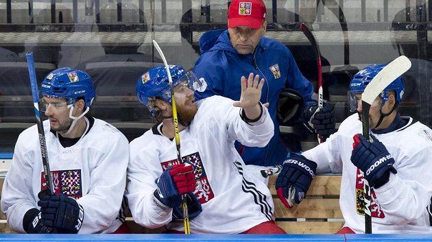 Jakub Voráček hovoří s trenérem Josefem Jandačem při přípravě národního týmu.
