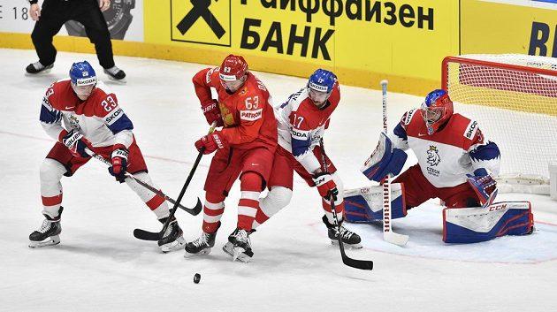 (Zleva) ruský útočník Jevgenij Dadonov, český obránce Filip Hronek a brankář Patrik Bartošák.