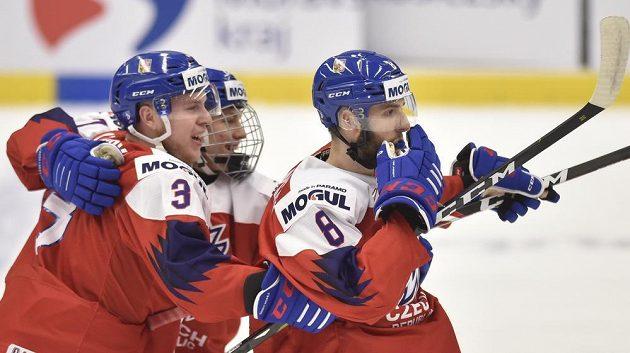 Čeští hokejisté se radují z vyrovnávacího gólu na 1:1 proti USA, vpravo je střelec Libor Zábranský.