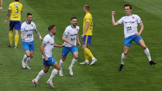 Hráči Ostravy se radují z prvního gólu, který dal Daniel Tetour (vpravo).