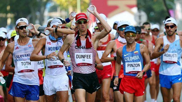 Slovenský chodec Matěj Tóth (úplně vlevo) v olympijské závodu na 50 km, po kterém ukončil kariéru.