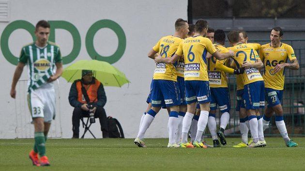 Tepličtí hráči se v Ďolíčku radují z gólu.