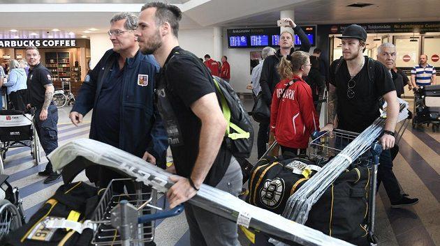 Hokejisté David Krejčí (vpředu) a David Pastrňák (vpravo) z týmu NHL Boston Bruins přiletěli do Kodaně posílit český tým na MS.