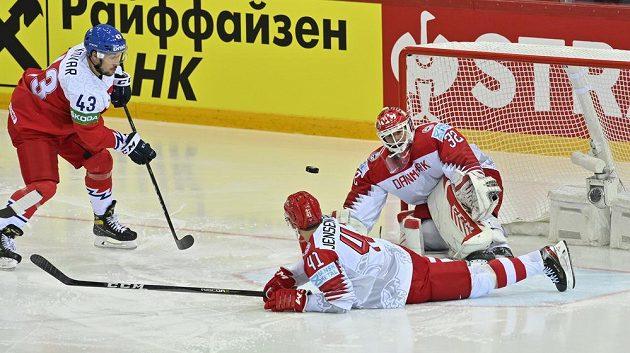 Kapitán českého týmu Jan Kovář ve své šanci na brankáře Dánů Sebastiana Dahma nevyzrál.