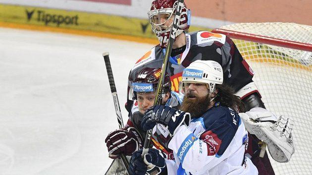 Ryan Hollweg z Plzně a Tomáš Pavelka ze Sparty svádějí souboj před brankářem Pražanů Samim Aittokalliem.
