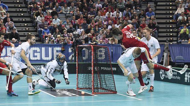 Zleva český reprezentant Daniel Šebek, Philipp Weigelt z Německa, německý brankář Mike Dietz, Matthias Siede z Německa a český reprezentant Marek Beneš.