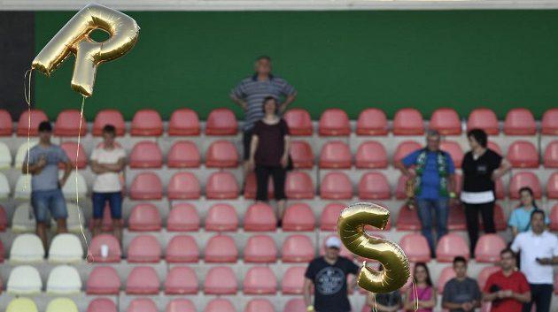 Balonky s iniciálami R a S odlétají ze stadionu, kde se hráč 1. FK Příbram Rudolf Skácel v nedělním utkáním rozloučil s profesionální kariérou.